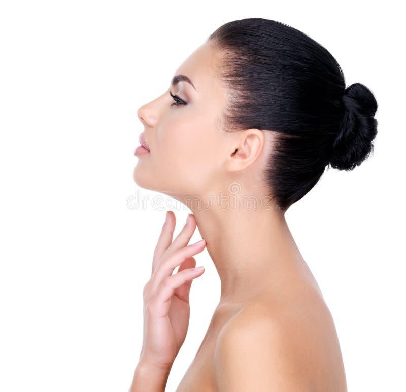 Cuidados bonitos da mulher para o pescoço foto de stock
