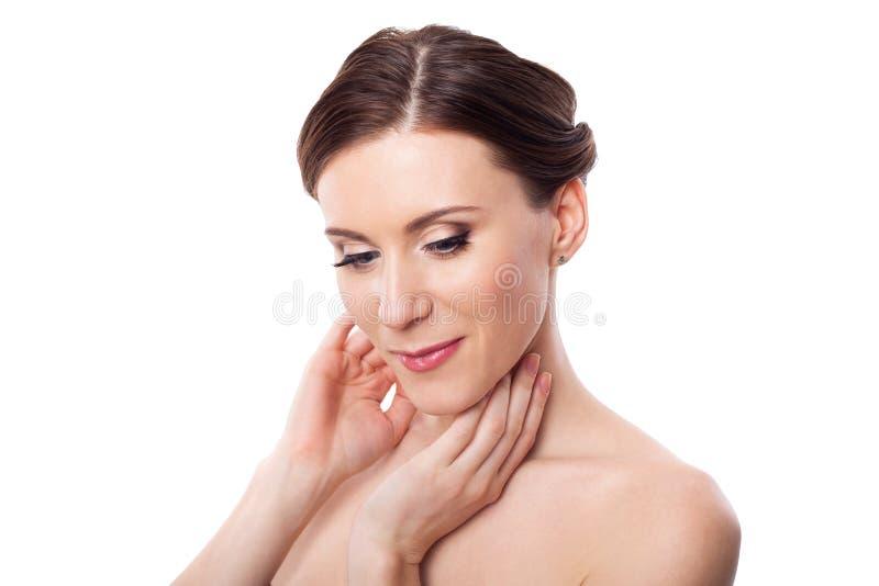 Cuidados bonitos da mulher para o pescoço da pele imagem de stock royalty free