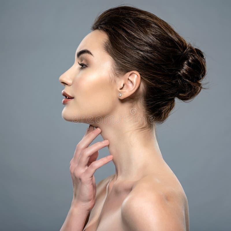 Cuidados bonitos da mulher para o pescoço da pele fotografia de stock