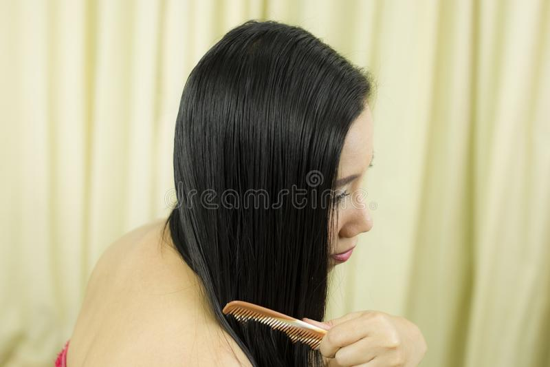 Cuidados capilares Close up do cabelo bonito de Hairbrushing da mulher com escova Retrato da mulher f?mea 'sexy' que escova por m foto de stock