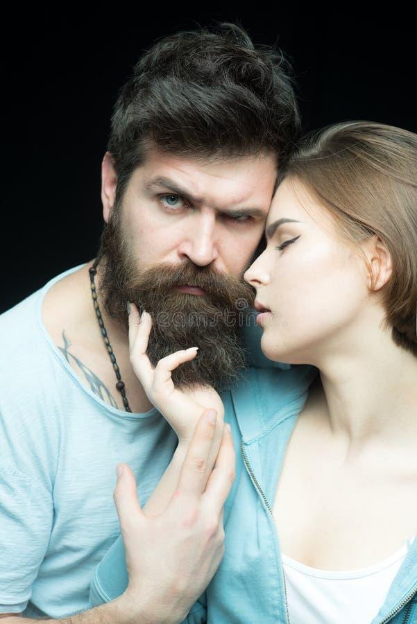 Cuidados capilares e conceito do barbeiro Gosta de sua barba macia Indivíduos brutais do amor das mulheres e masculinos farpados  fotografia de stock royalty free