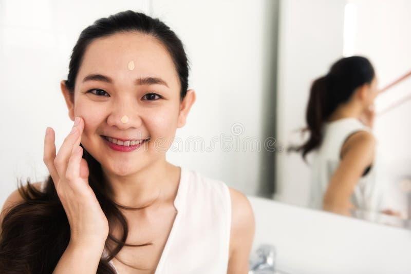Cuidados com a pele asiáticos da cara da menina foto de stock royalty free