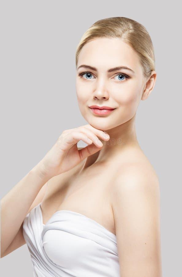 Cuidados com a pele da beleza, composição natural da cara da mulher, mordente do toque do modelo de forma, branco fotografia de stock royalty free