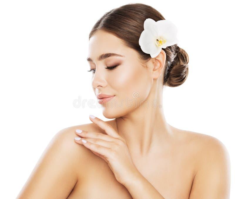 Cuidados com a pele da beleza da mulher, mão no ombro, White Isolated modelo imagens de stock royalty free