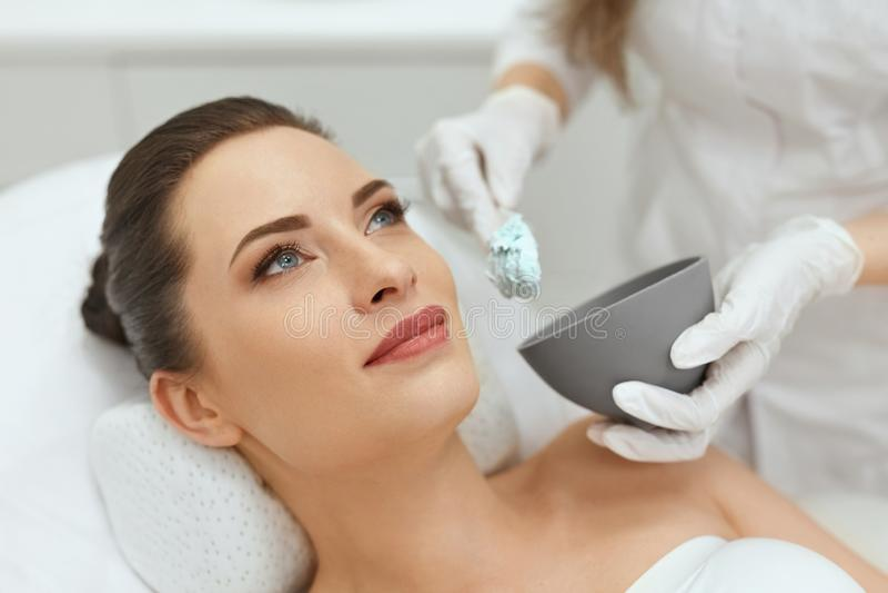 Cuidados com a pele da cara Mulher que faz a máscara facial do Alginate na cosmetologia foto de stock royalty free