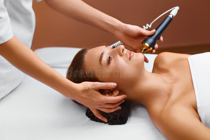 Cuidados com a pele da cara Tratamento da cara da cavitação do ultrassom em médico imagem de stock