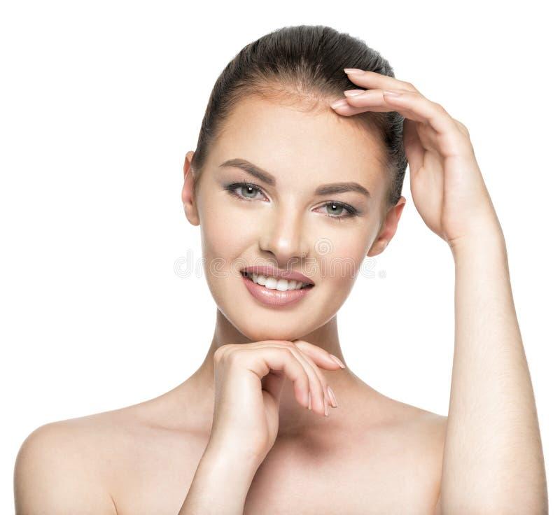 Cuidados da jovem mulher para a cara da pele fotografia de stock royalty free