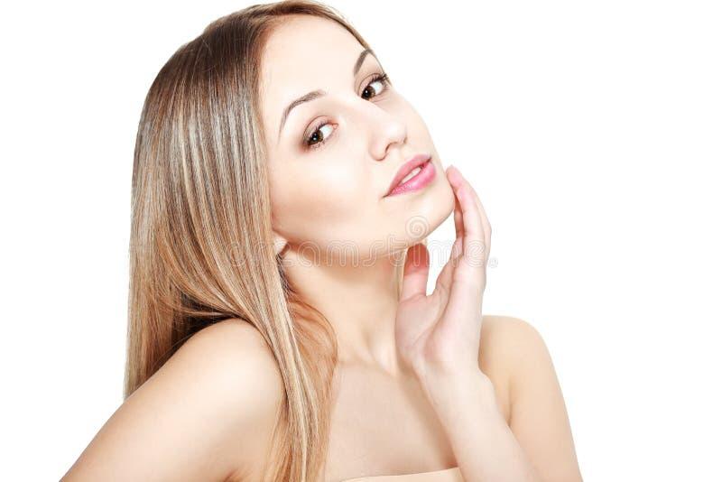 Cuidados da jovem mulher sobre sua pele imagens de stock