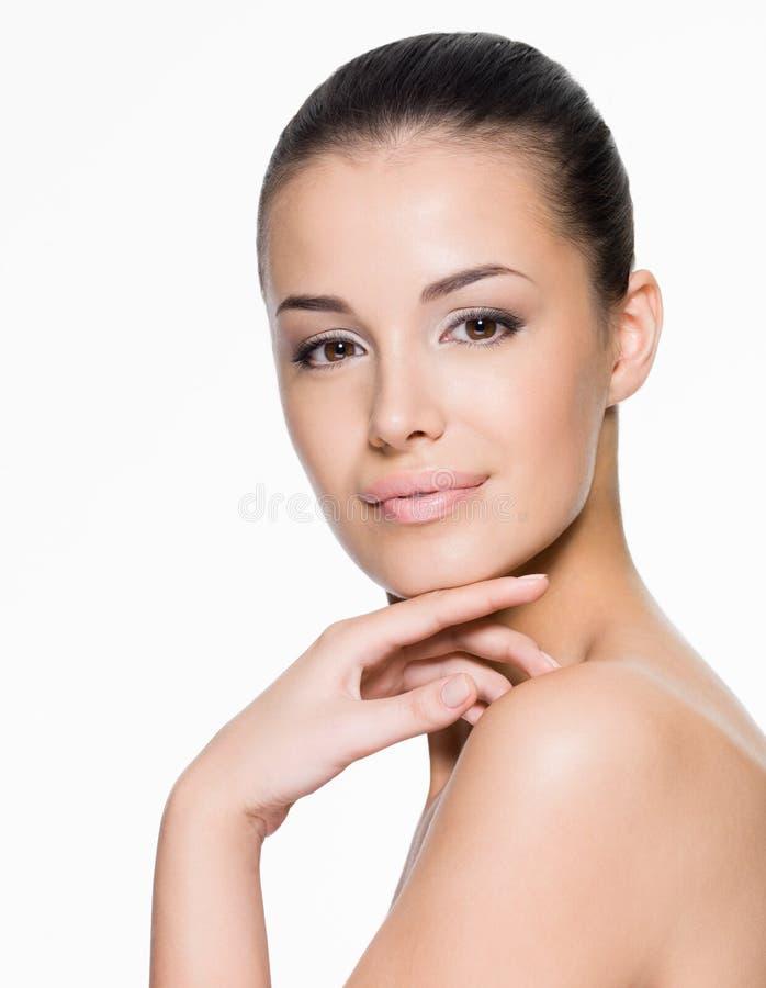 Cuidados hermosos de la mujer para la cara imagen de archivo libre de regalías