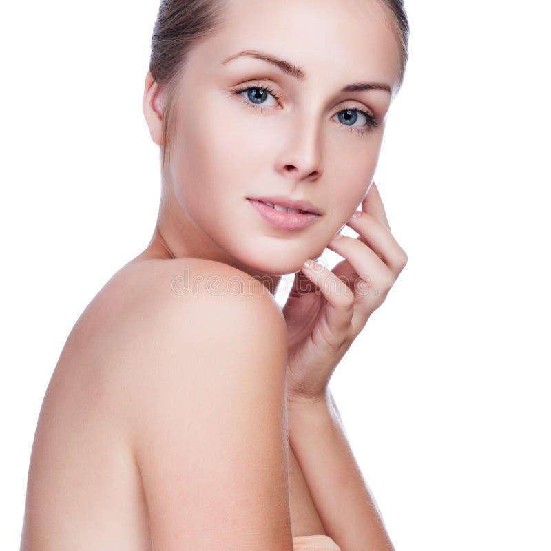 Cuidados hermosos de la mujer para la cara de la piel fotografía de archivo libre de regalías