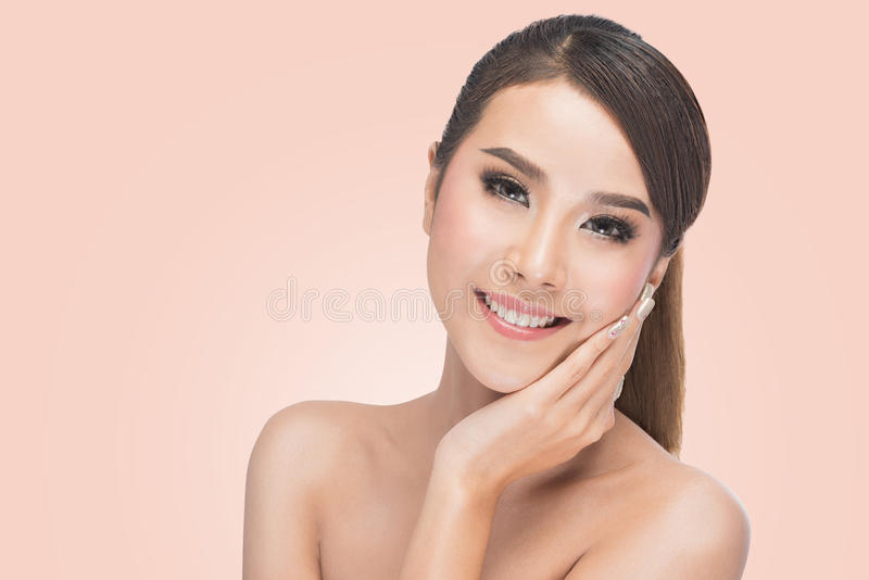 Cuidados hermosos de la mujer para la cara de la piel fotos de archivo