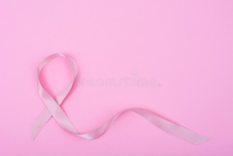 Cuidados médicos, conceito da medicina Fita da conscientização do câncer da mama e povos cor-de-rosa da doença da ajuda imagens de stock royalty free