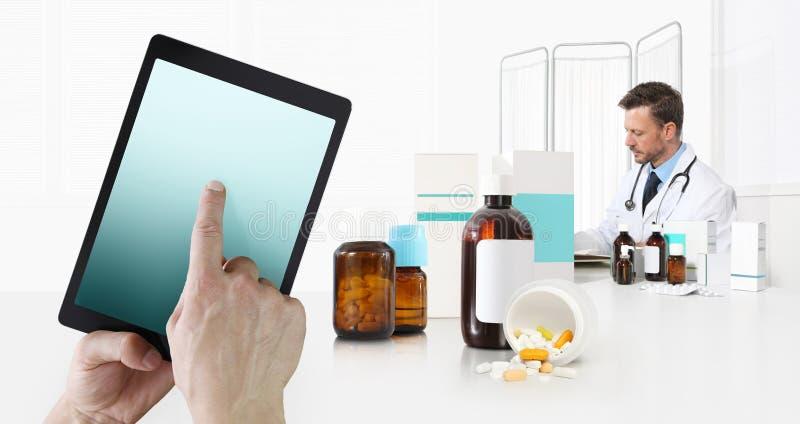Cuidados médicos do Internet e médico em dispositivos móveis consulta, tela táctil da mão na tabuleta digital, doutor no escritór fotografia de stock