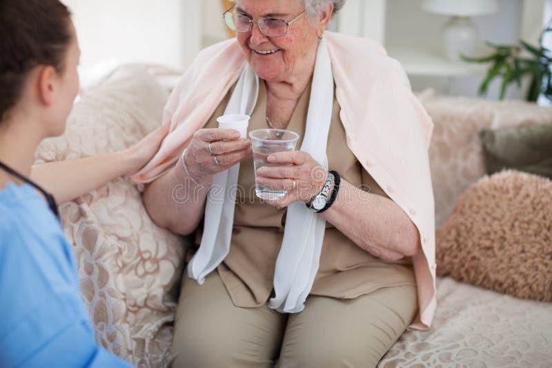 Cuidados médicos e ajuda para pessoas idosas foto de stock royalty free