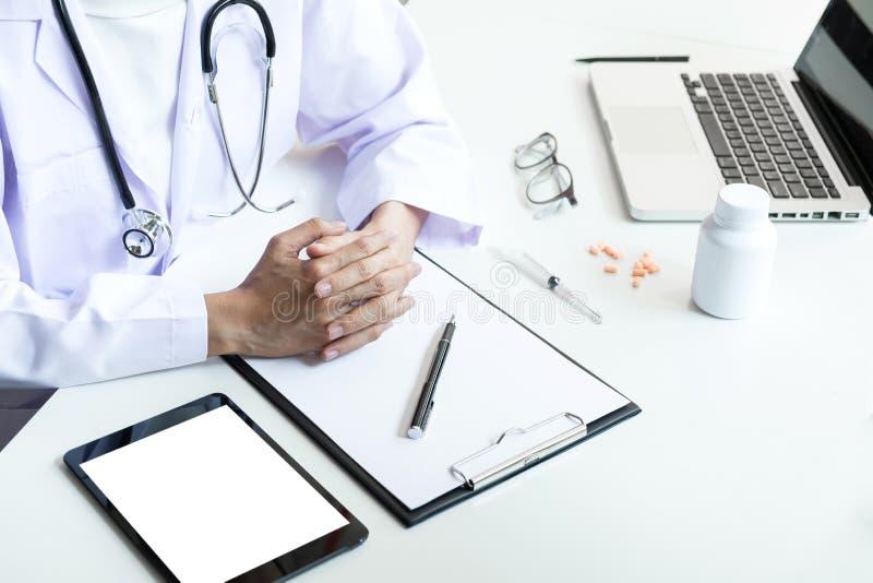 Cuidados médicos e conceito médico, posse fêmea da mão do doutor no grampo foto de stock royalty free