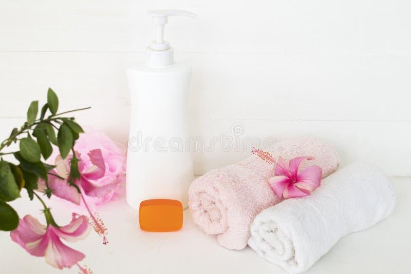 Cuidados médicos ervais do sabão líquido para a pele do corpo com toalha foto de stock