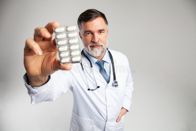 Cuidados m?dicos e conceito m?dico - doutor com o comprimido no hospital imagem de stock