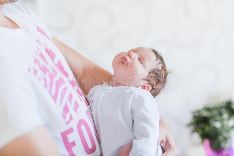Cuidar das mãos dos pais Pés de criança nas mãos do pai pai e seu bebê O conceito de uma família feliz Beautifu fotos de stock royalty free