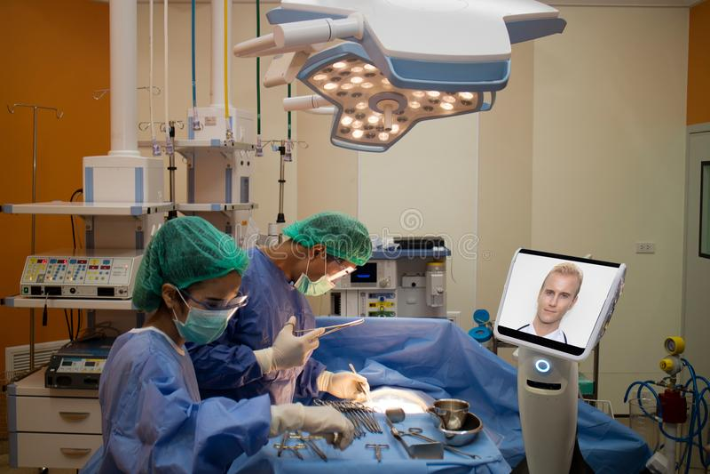 Cuide al paciente de la cirugía en sala de operaciones en el hospital y la charla, c fotos de archivo