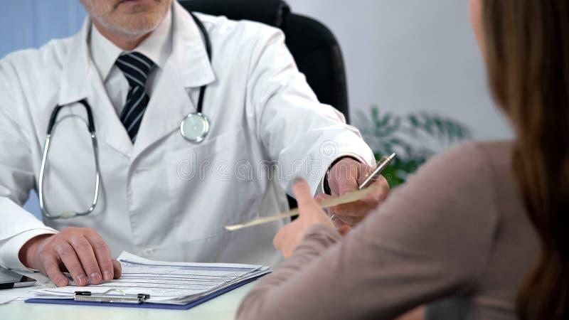 Cuide el donante de la prescripción de la droga al paciente, a la diagnosis calificada y al tratamiento imagen de archivo libre de regalías