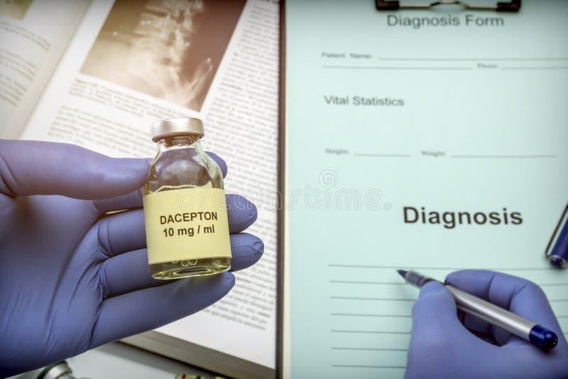 Cuide el frasco sujeto con la medicación para la enfermedad del ` s de Parkinson en un hospital fotografía de archivo