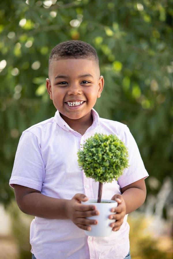 Cuide el planeta Plante su árbol foto de archivo libre de regalías