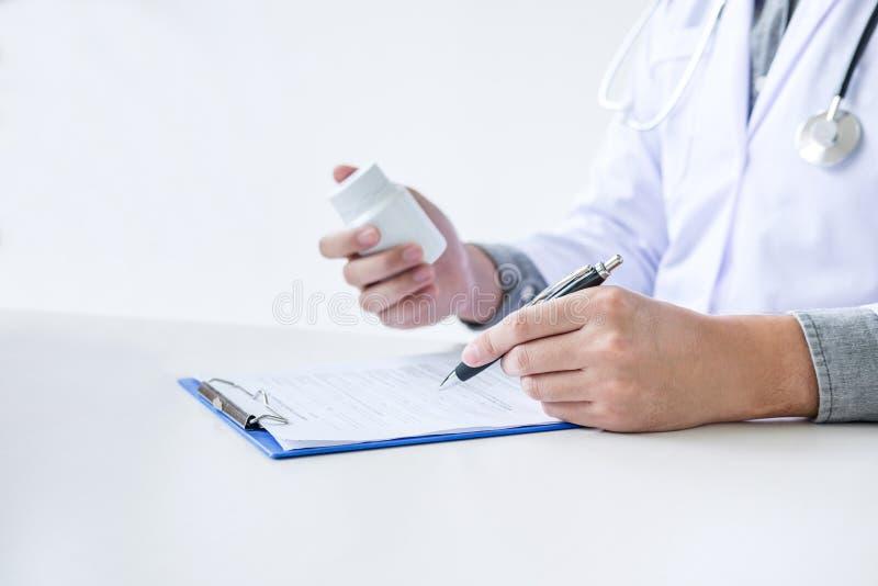 Cuide el relleno encima de un formulario de la historia mientras que consulta al paciente y recomiende los métodos de tratamiento imagenes de archivo