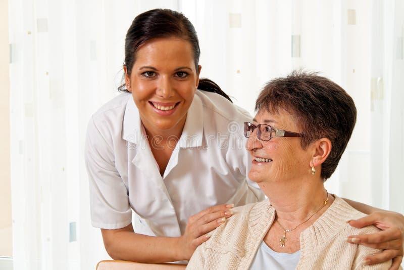 Cuide en el cuidado envejecido para los ancianos en el oficio de enfermera fotos de archivo libres de regalías
