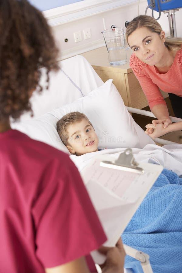 Cuide en hospital con el muchacho y la madre enfermos imágenes de archivo libres de regalías