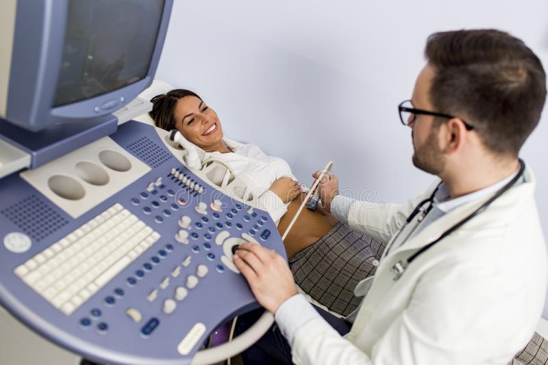 Cuide hacer el examen m?dico del paciente con ultra sano fotos de archivo libres de regalías