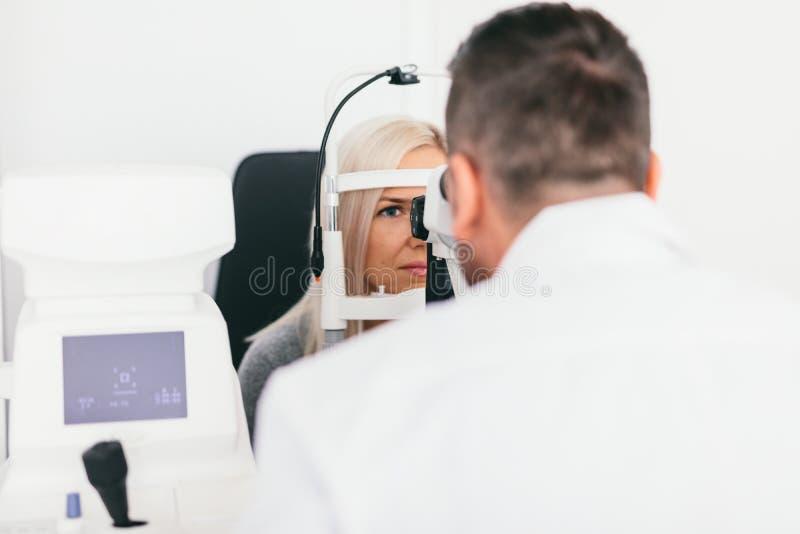 Cuide la comprobación de la vista de su paciente fotos de archivo
