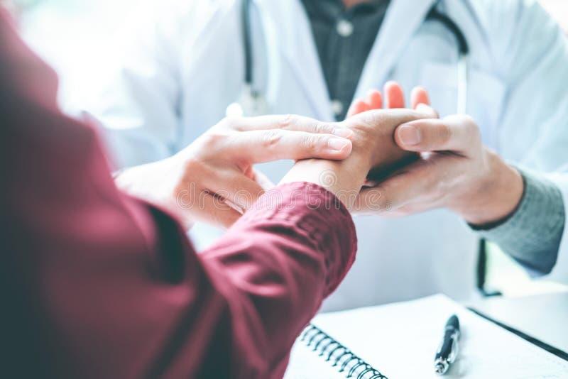Cuide la comprobación del pulso para saber si hay atención sanitaria de los pacientes en hospital foto de archivo libre de regalías