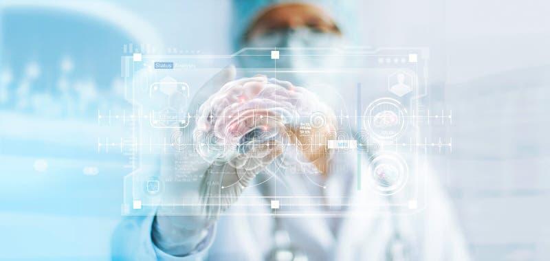 Cuide la comprobación del resultado de la prueba del cerebro, análisis con el interfaz virtual moderno en laboratorio fotos de archivo