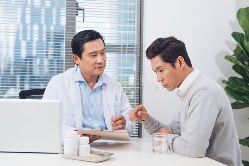 Cuide la explicación de la prescripción al paciente masculino, conce de la atención sanitaria imágenes de archivo libres de regalías