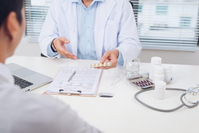 Cuide la explicación de la prescripción al paciente masculino, conce de la atención sanitaria imagen de archivo