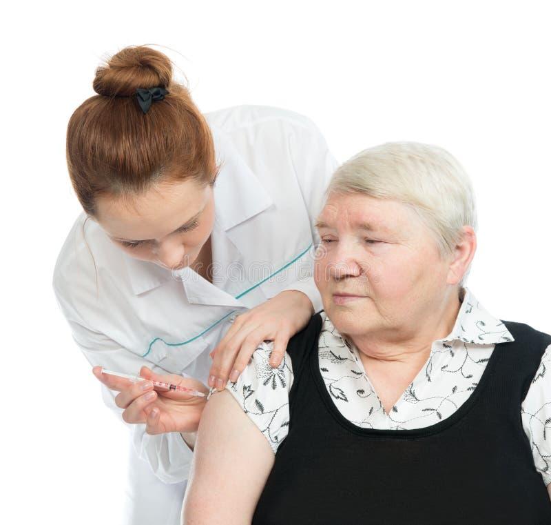 Cuide la fabricación paciente mayor de la mujer de un brazo insulina subcutánea imagenes de archivo
