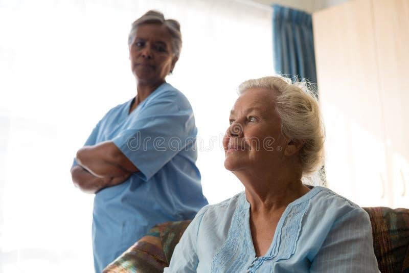 Cuide la mirada de la relajación paciente pensativa en el sofá imagenes de archivo