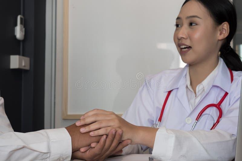 Cuide llevar a cabo la mano paciente y confortarlo para las malas noticias physi fotos de archivo libres de regalías