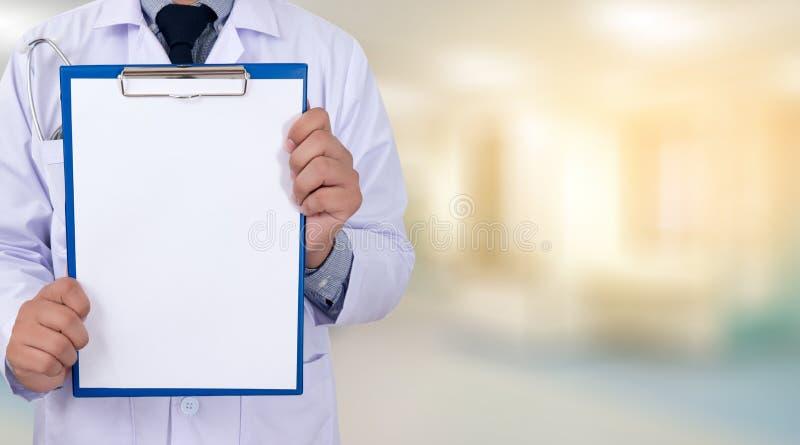 cuide llevar a cabo las manos de un tablero del backgro médico de la atención sanitaria fotografía de archivo libre de regalías