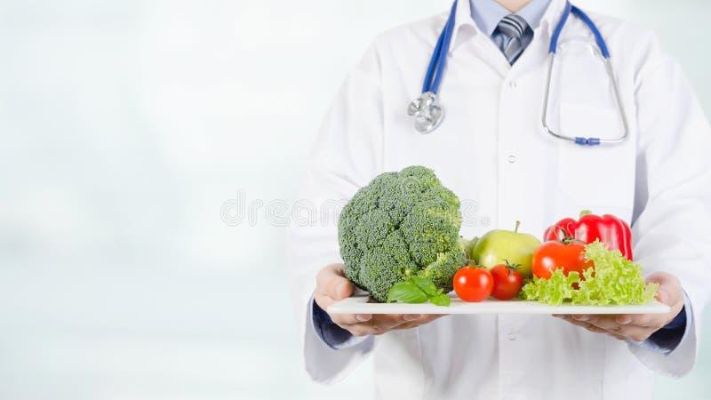 Cuide sostener verduras y las frutas en una bandeja fotografía de archivo