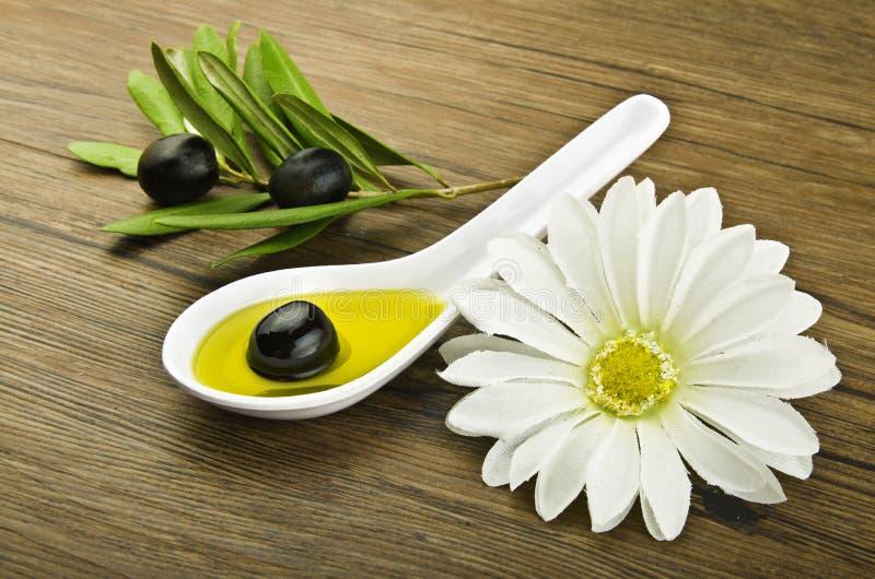 Cuillère avec l'olive noire photographie stock