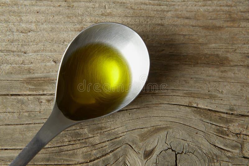 Cuillère complètement d'huile d'olive images stock