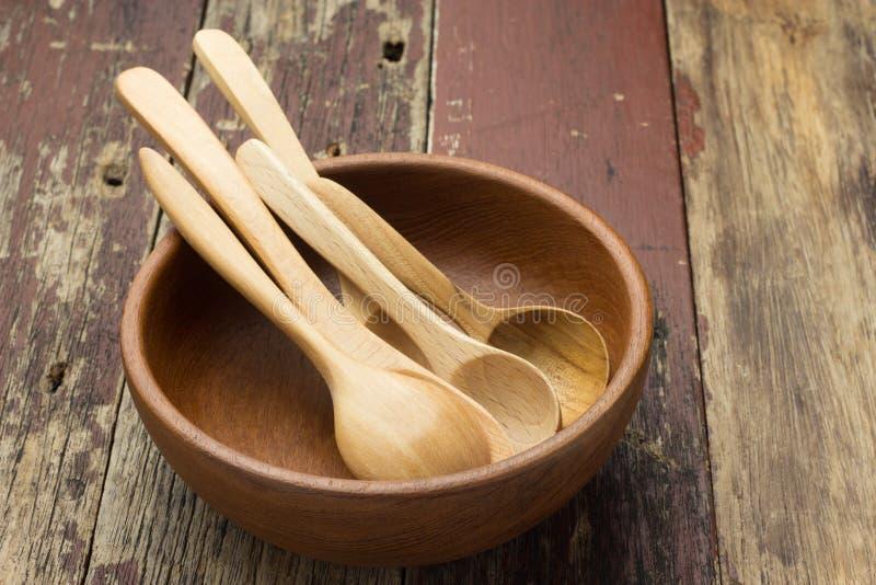 Cuillère en bois avec la cuvette image stock