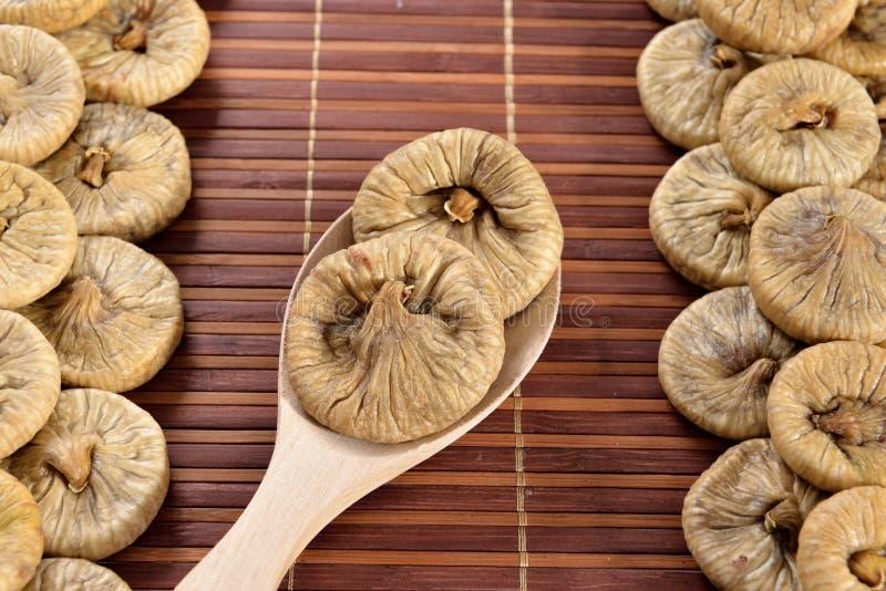 Cuillère en bois avec les figues sèches images libres de droits