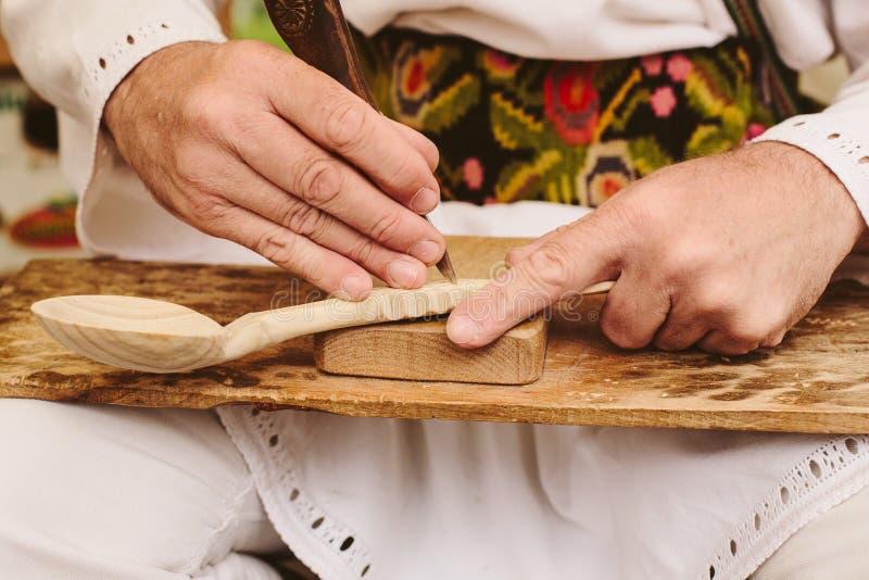 cuillère en bois découpant sculptant les artisans roumains photographie stock libre de droits