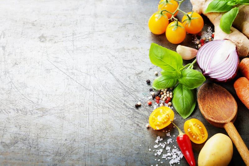 Cuillère en bois et légumes organiques frais sur le vieux fond photographie stock libre de droits