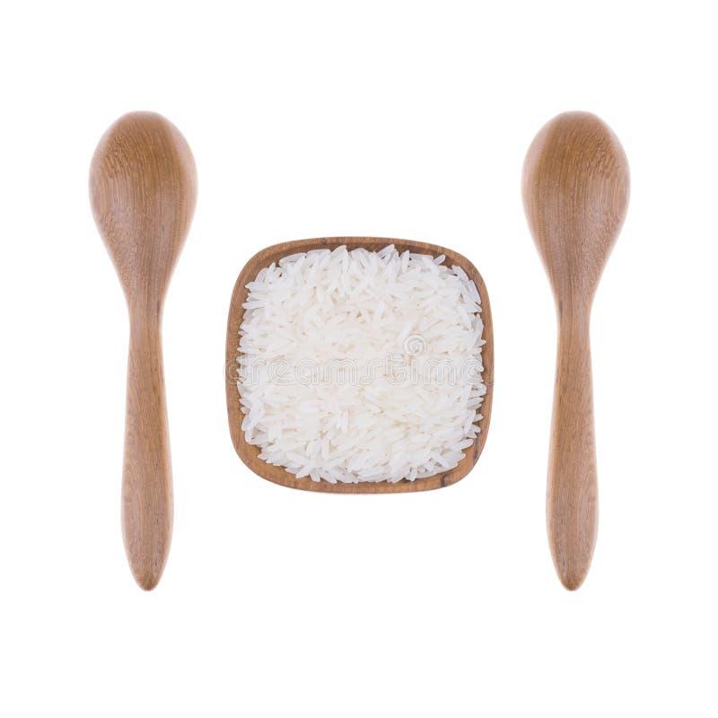 Cuillère en bois naturelle avec du riz dans la petite cuvette en bois images stock