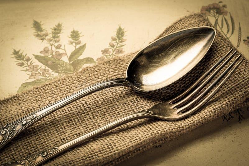 Cuillère et fourchette antiques image stock