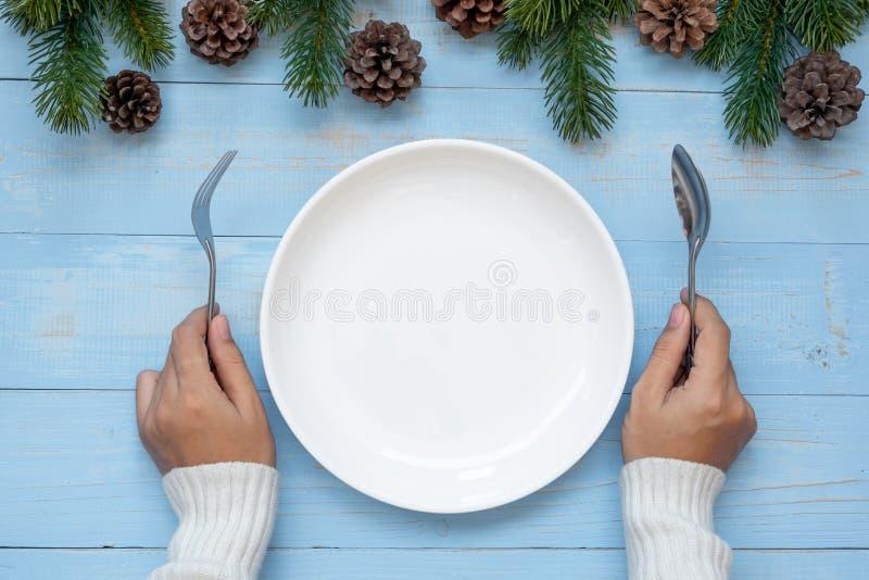 cuillère et fourchette au-dessus de plat vide avec la décoration de Noël, préparation de bonne année et Noël de participation de  image stock