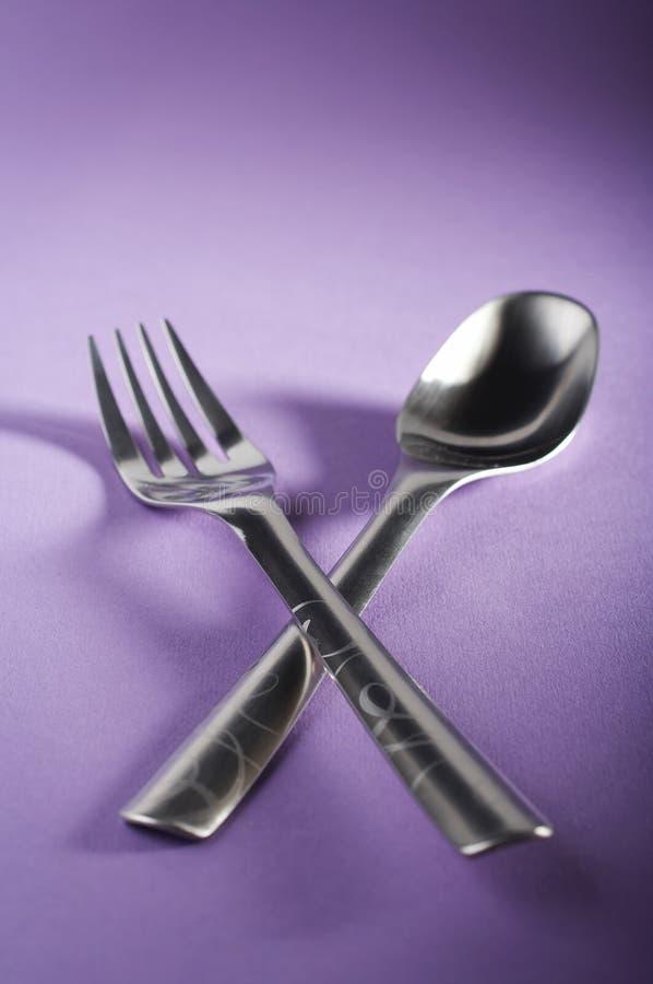 Cuillère et fourchette croisées images stock